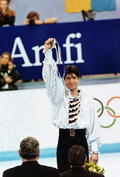 Чемпион XVII зимних Олимпийских игр - Алексей Урманов на пьедестале почета