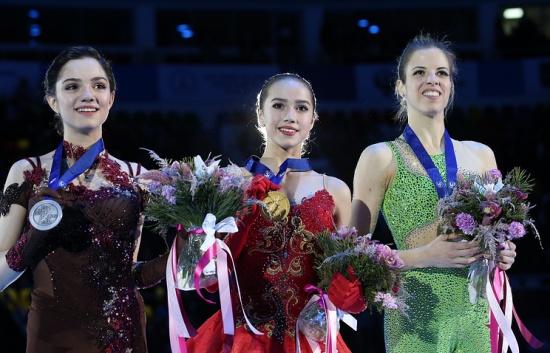 Евгения Медведева (слева), Алина Загитова и Каролина Костнер (справа)
